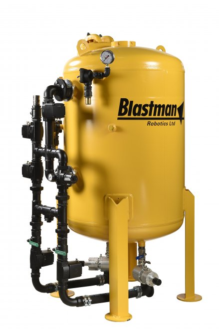 MODEL BP1100 The BP1100, with a total volume of 1100 liters, is ideal for any blast cleaning job requiring high production and flexibility. The BP1100 can be installed with up to 3 nozzles. Typically the blast pot is used with 2 nozzles for automatic robot blast cleaning applications. The third outlet can be equipped for manual blasting.